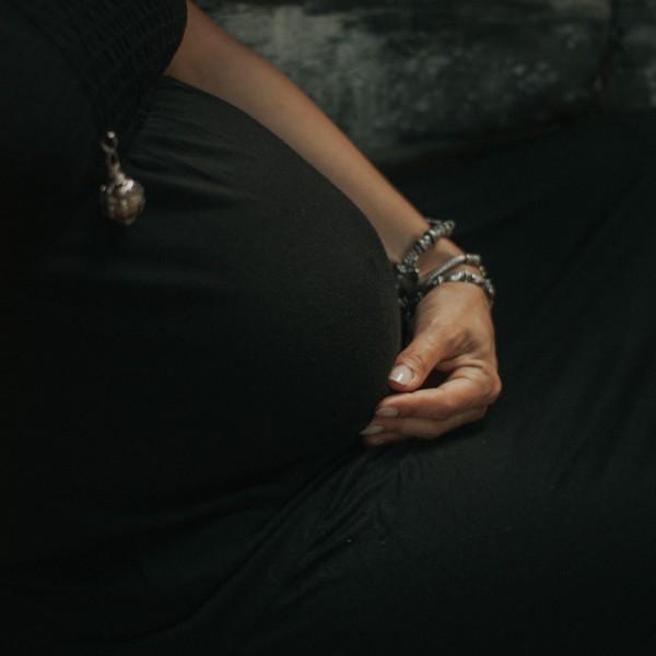 Séance photo future maman dans les bois, Le Cellier
